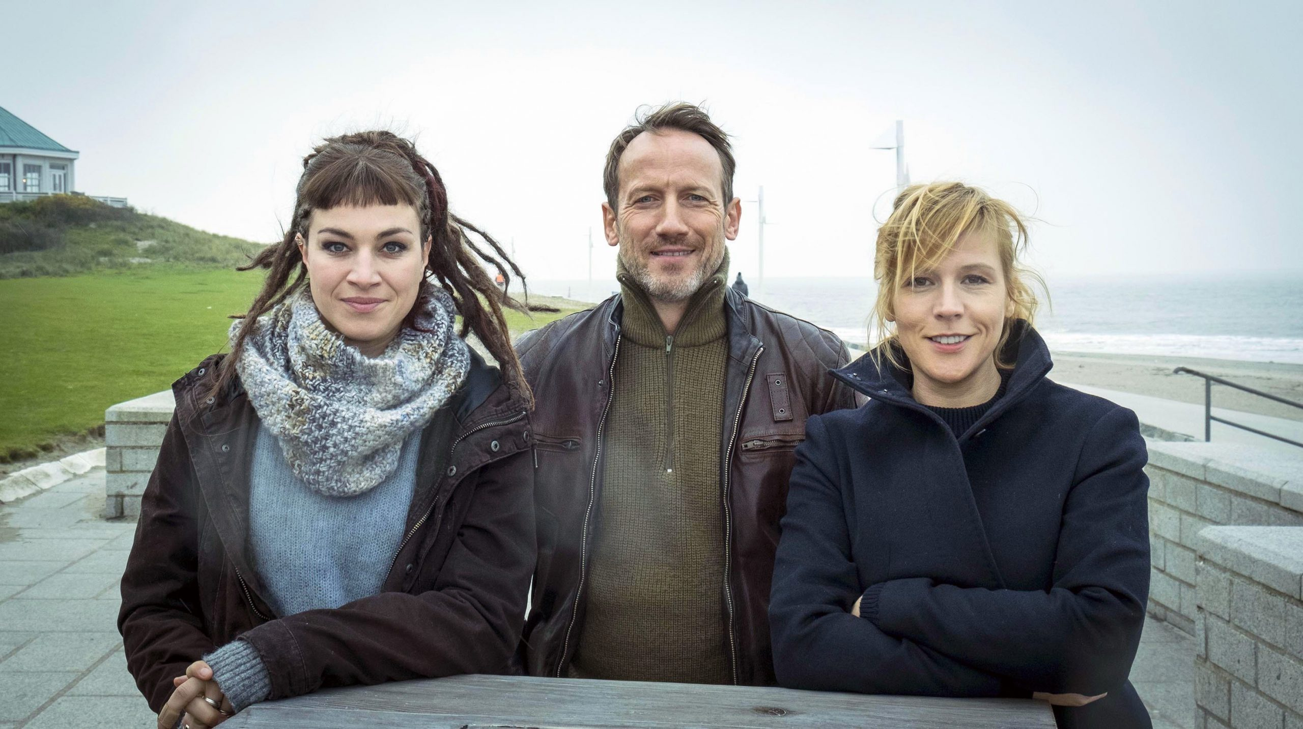 """Starkes Trio im Tatort """"Tödliche Flut"""": : Franziska Hartmann, Wotan Wilke Möhring und Franziska Weisz"""